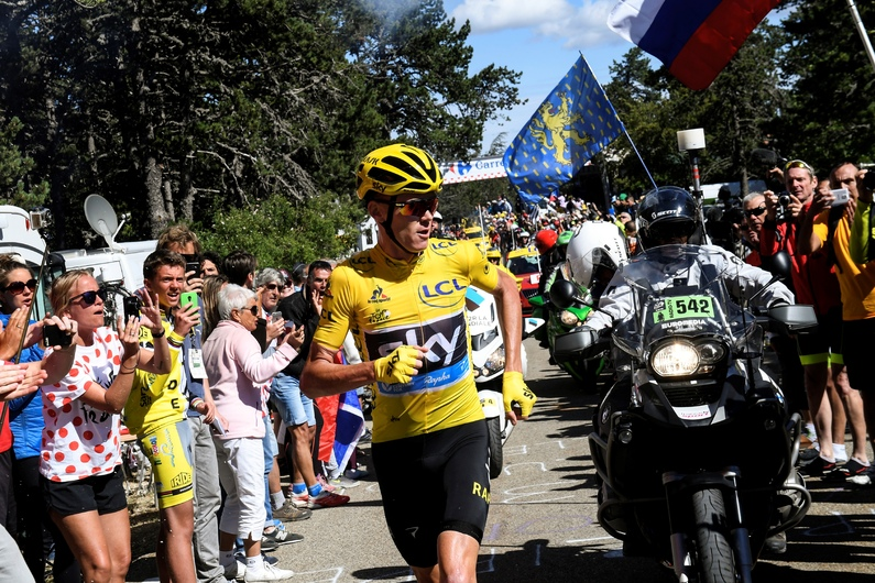 Great Britain's Christopher Froome (C), wearing the overall leader's yellow jersey, runs to get a replacement bike after falling during the 178 km twelvelth stage of the 103rd edition of the Tour de France cycling race on July 14, 2016 between Montpellier and Chalet-Reynard. / AFP PHOTO / POOL / STEPHANE MANTEY